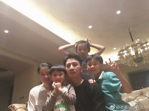 The happy family photo from Lin's Weibo